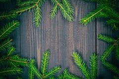 圣诞节在一个黑暗的木板的杉树 您的项目的圣诞节或新年框架与拷贝空间 图库摄影