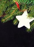 圣诞节在一个黑板的杉树有文本的copyspace的。Chal 免版税图库摄影