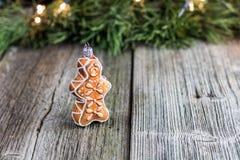 圣诞节在一张老木桌上的姜饼装饰 库存照片