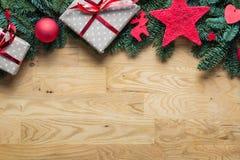 圣诞节在上面的背景边界与冷杉分支和在地平线上方 库存照片