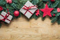 圣诞节在上面的背景边界与冷杉分支和在地平线上方 图库摄影