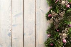 圣诞节在与紫色球的绿色闪亮金属片戏弄 库存图片