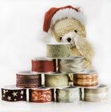 圣诞节在丝绸丝带后pyramide的玩具熊  免版税库存照片
