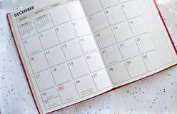 圣诞节在五彩纸屑的日历背景 免版税图库摄影