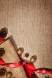 圣诞节在亚麻布的装饰背景 免版税图库摄影