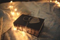 圣诞节在光的装饰书 免版税图库摄影