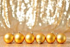 圣诞节在冬天设置,寒假概念的金球 库存图片