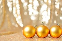 圣诞节在冬天设置,寒假概念的金球 图库摄影