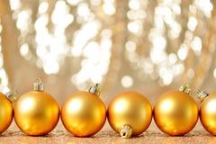 圣诞节在冬天设置,寒假概念的金球 免版税库存照片