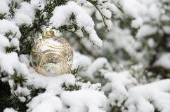 圣诞节在冬时的球装饰品 库存照片
