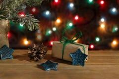 圣诞节在包装纸、星和pinecone的礼物盒在背景 库存图片