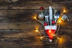 圣诞节在土气木桌上的利器装饰 免版税库存图片