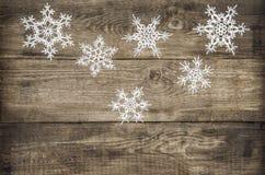 圣诞节在土气木背景的装饰雪花 免版税库存照片