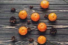 圣诞节在土气木ba的蜜桔和茴香和杉木锥体 图库摄影