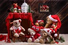 圣诞节在土气样式内部的玩具熊家庭 免版税库存图片