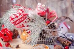 圣诞节在土气白色木背景的冬天装饰 免版税库存照片