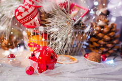 圣诞节在土气白色木背景wi的冬天装饰 免版税库存照片