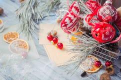 圣诞节在土气白色木背景wi的冬天装饰 免版税库存图片