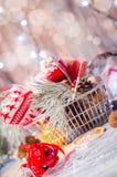 圣诞节在土气白色木背景wi的冬天装饰 库存图片