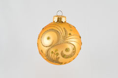 圣诞节在圣诞树的假日玩具 免版税库存照片