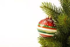圣诞节在圣诞树的colorfull球在轻的背景 免版税库存照片
