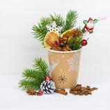 圣诞节在外带的咖啡杯概念的鸡尾酒饮料 免版税图库摄影