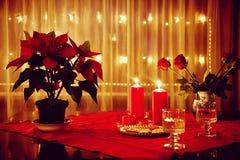 圣诞节在家,红色装饰和有启发性窗口 免版税库存图片