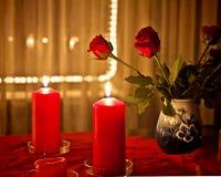 圣诞节在家,英国兰开斯特家族族徽和红色蜡烛 免版税库存图片