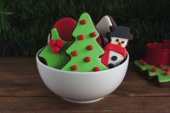 圣诞节在小碗的巧克力曲奇饼 免版税库存图片