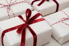 圣诞节在工艺纸和装饰红色绳索丝带包裹的礼物盒大理石的表面上 等量 关闭 库存图片