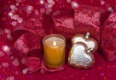 圣诞节在形状的装饰球与丝带和一个蜡烛的心脏 免版税库存图片