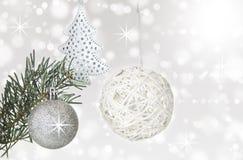 圣诞节在抽象bokeh背景的球装饰 免版税图库摄影