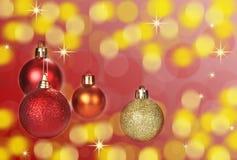 圣诞节在抽象bokeh背景的球装饰 免版税库存图片