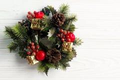 圣诞节在时髦的土气白色木backgrou的葡萄酒花圈 免版税图库摄影