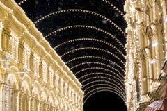 圣诞节在暴风雪期间的莫斯科 在红场附近的装饰的Nikolskaya街道有惊人的光装饰的在晚上 库存照片
