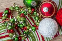 圣诞节在有条纹的斯堪的纳维亚圣诞节的装饰设置 免版税库存图片