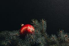 圣诞节在木桌上的杉树分支 新年和圣诞节背景与拷贝空间 2007个看板卡招呼的新年好 库存图片