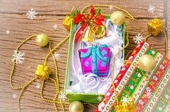 圣诞节在木桌的礼物盒。 免版税库存图片