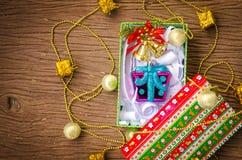 圣诞节在木桌的礼物盒。 免版税库存照片
