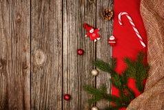 圣诞节在木桌的装饰背景与红色和亚麻布 免版税库存图片
