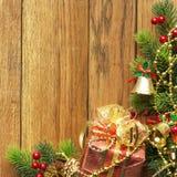 圣诞节在木纹理的杉树 背景老面板 图库摄影