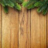 圣诞节在木纹理的杉树 背景老面板 库存照片