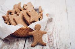 圣诞节在木背景的姜曲奇饼 免版税库存图片