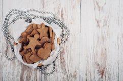 圣诞节在木背景的姜曲奇饼 库存照片