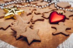 圣诞节在木背景的姜曲奇饼 库存图片