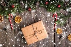 圣诞节在木背景的礼物盒与冷杉分支 免版税库存图片
