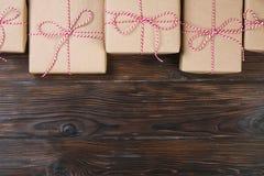 圣诞节在木背景的礼物盒礼物 免版税库存照片