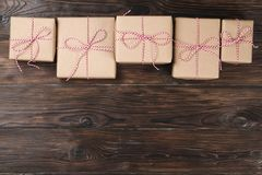 圣诞节在木背景的礼物盒礼物 图库摄影
