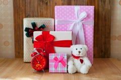 圣诞节在木背景的礼物盒 圣诞快乐和机会 库存照片
