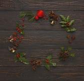 圣诞节在木背景的装饰框架 库存照片